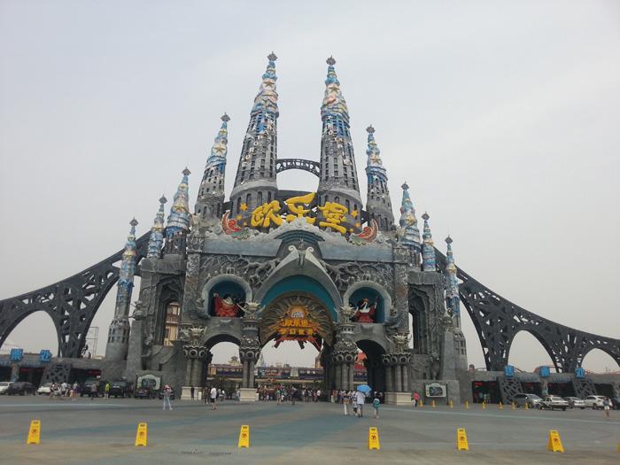 济南泉城欧乐堡(欧乐堡雕塑大门)